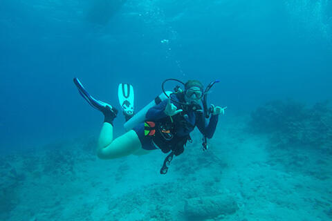 Spanish alumna and marine biologist Abby Knipp doing scuba in the Caribbean